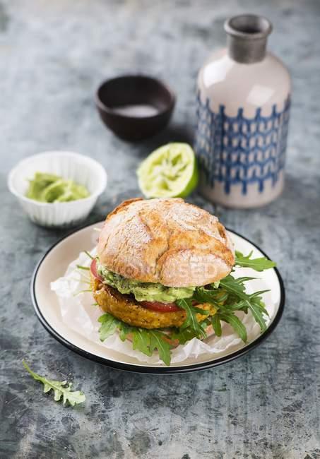 Veganer Kichererbsen-Mais-Burger — Stockfoto