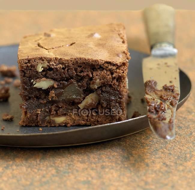 Brownie con le noci che serve — Foto stock