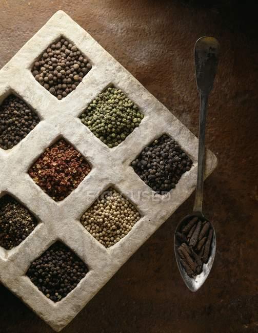 Sélection de grains de poivre dans la caisse — Photo de stock