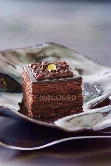 Крупним планом подання Opra квадратний торт на тарілку — стокове фото