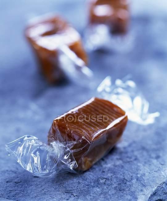 Bonbons au caramel enveloppés — Photo de stock