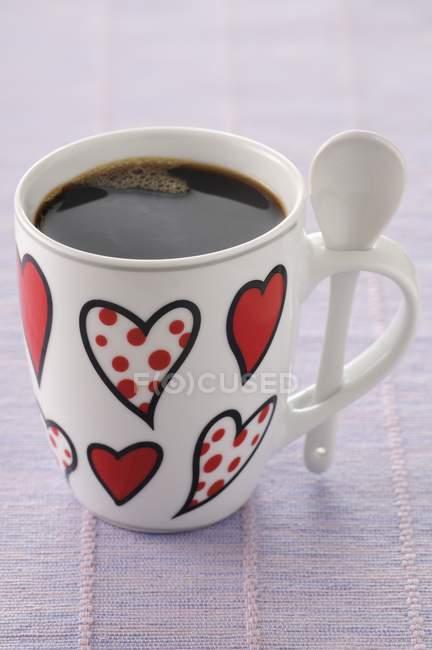 Copa de café decorado con corazones - foto de stock