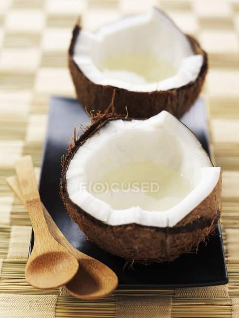 Свежий кокосовый открыт — стоковое фото