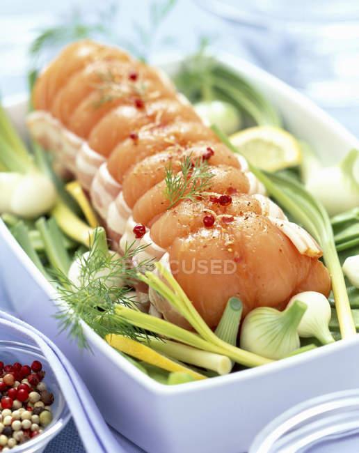 Жареный лосось с беконом и овощами — стоковое фото