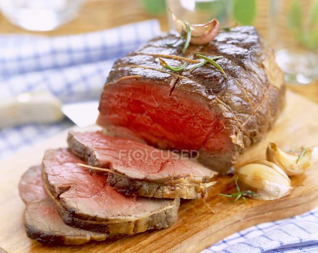Нарізаний смажена яловичина — стокове фото