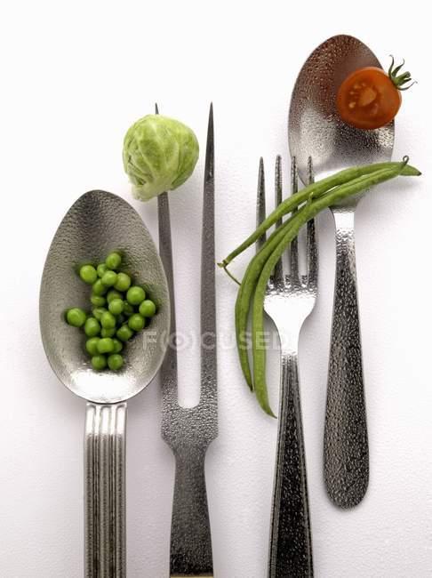 Zusammensetzung mit Kochgeräten auf weißer Oberfläche — Stockfoto