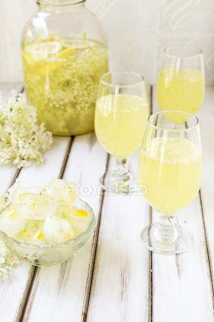 Homemade elderberry blossom lemonade — Stock Photo