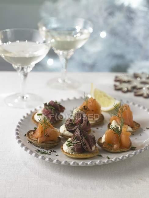 Копченый лосось и говядины belini канапе — стоковое фото