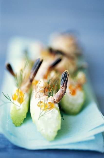 Palitos de apio con caviar y camarones - foto de stock
