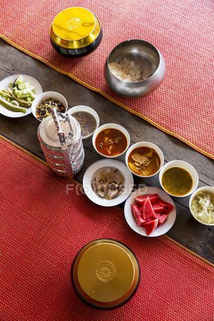 Повышенные вид на красные ковры различных тайских блюд в ряд — стоковое фото