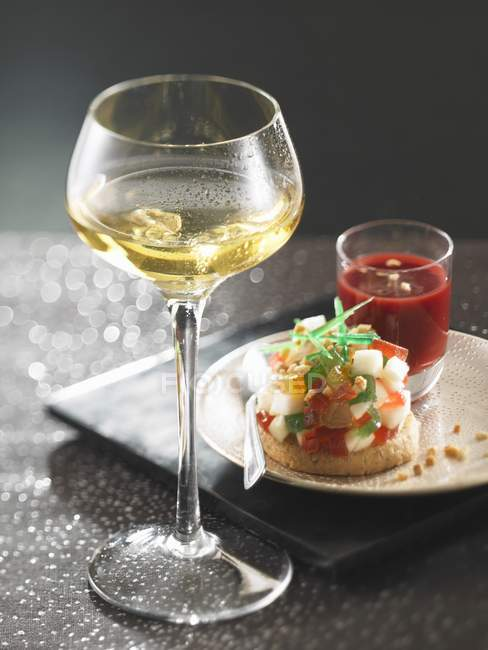 Крупним планом подання груша Тартар з фрукти, фруктові пюре і келих білого вина — стокове фото