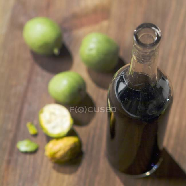 Garrafa de vinho de noz — Fotografia de Stock