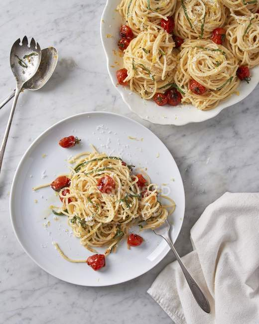 Spaghetti limone pasta with blistered cherry tomatoes — Stock Photo