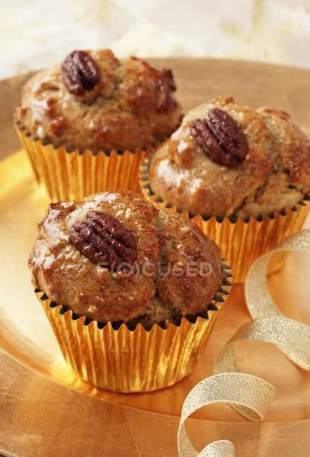 Несколько пекан и кленовый сироп кексы — стоковое фото