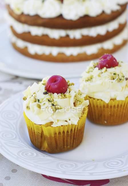 Cupcakes de cereja e pistache — Fotografia de Stock