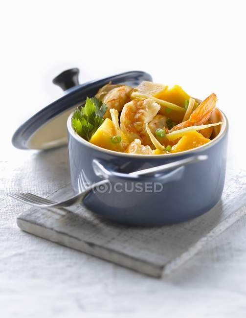 Closeup view of casserole dish of shrimps with mango and ginger — Stock Photo