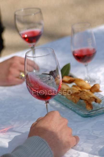 People tasting rose wine — Stock Photo