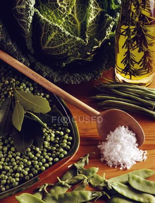 Крупним планом подання горох з капустою і свіжий горох, боби — стокове фото