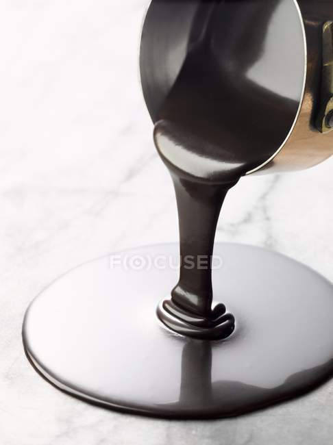 Заливки розплавленого темного шоколаду — стокове фото