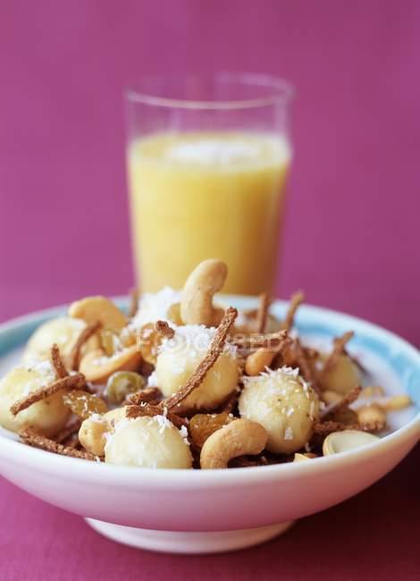 Крупним планом подання мюслі з бананів і горіхами кешью — стокове фото