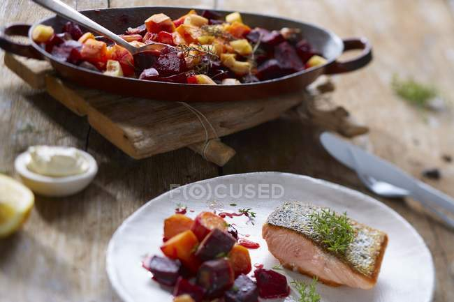 Salmone con verdure fritte — Foto stock