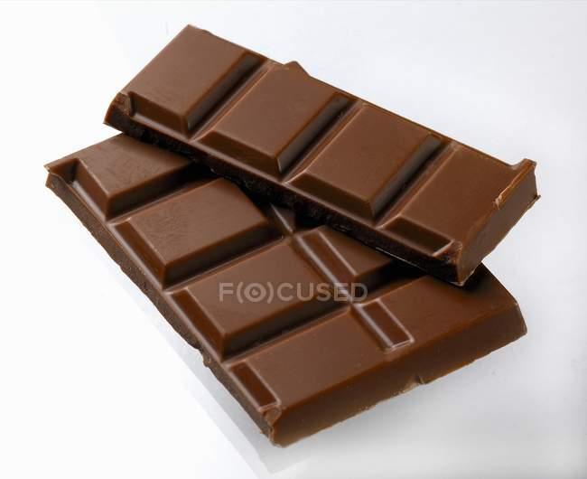 Barre chocolatée sur surface blanche — Photo de stock