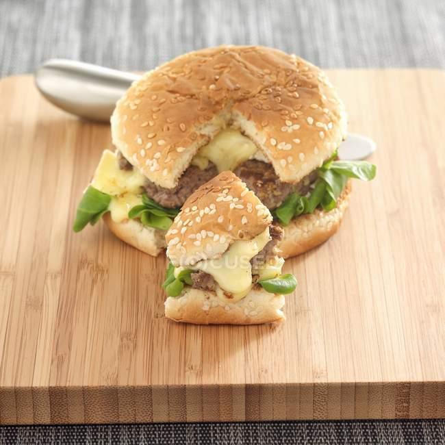 Camembert y hamburguesa con queso de jengibre - foto de stock