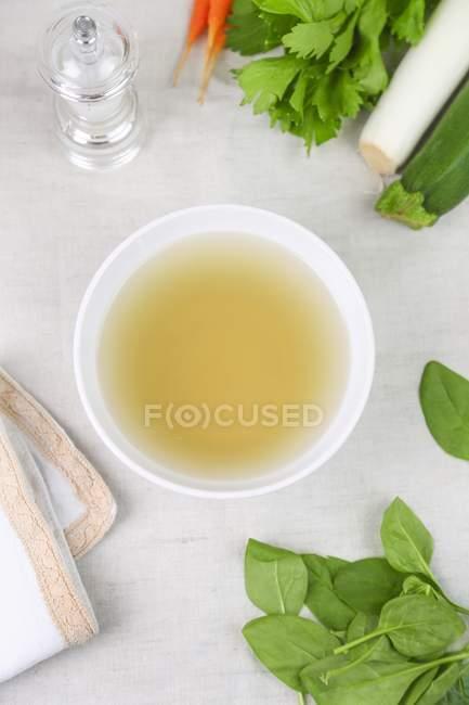 Чистый овощной бульон в миске для супа — стоковое фото