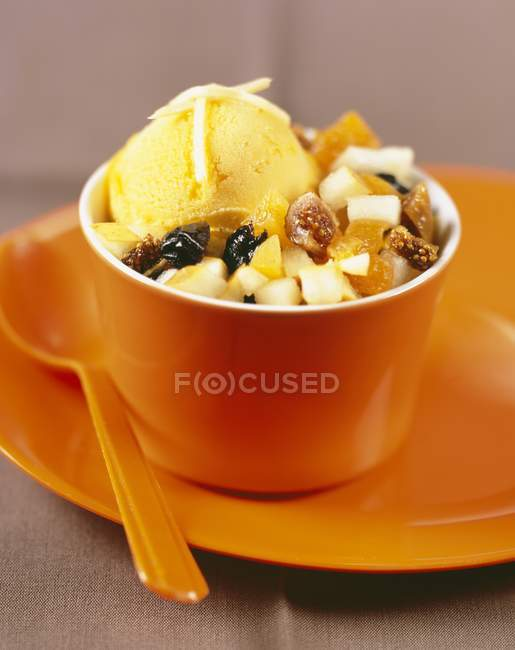 Fruit salad and mango sorbet — Stock Photo