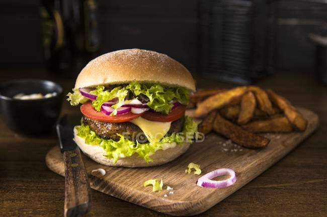 Чеесебургер на дерев'яний стіл — стокове фото