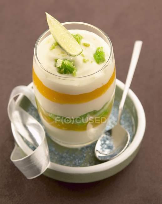 Tiramisú de limón y mango - foto de stock