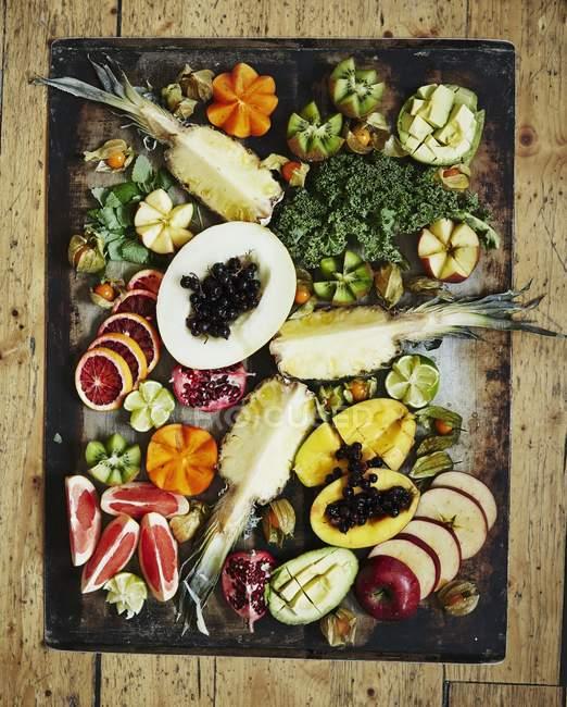 Vue de dessus de divers fruits sur un plateau vintage — Photo de stock