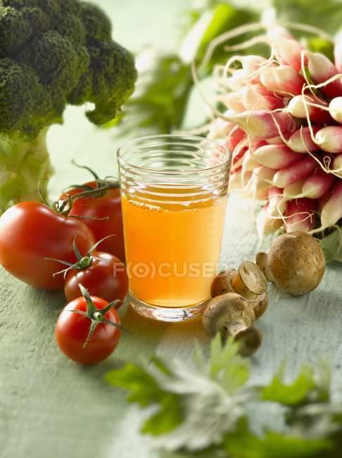 Vaso de jugo de verduras - foto de stock
