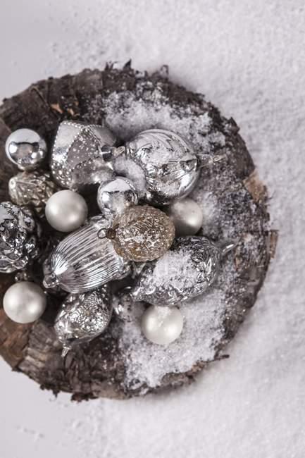 2b4ad1925e2707 Draufsicht der antiken silbernen Kugeln Heap mit weißem Pulver bestreut —  Stockfoto