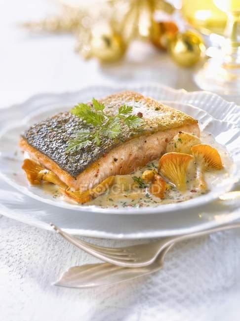 Piece of salmon with petoncle scallops — стоковое фото