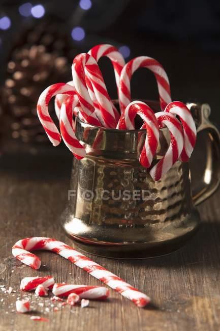 Canne di caramella di Natale in tazza — Foto stock