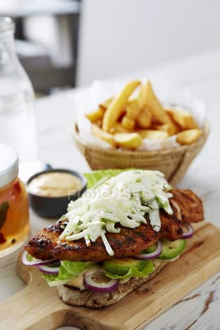 Барбекю из куриного сэндвича — стоковое фото