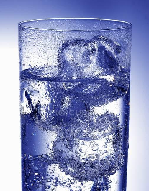 Bicchiere d'acqua con cubetti di ghiaccio — Foto stock