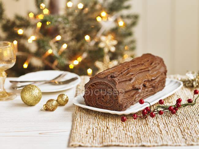 Close-up vista de chocolate Yule log com decorações de Natal e bagas — Fotografia de Stock