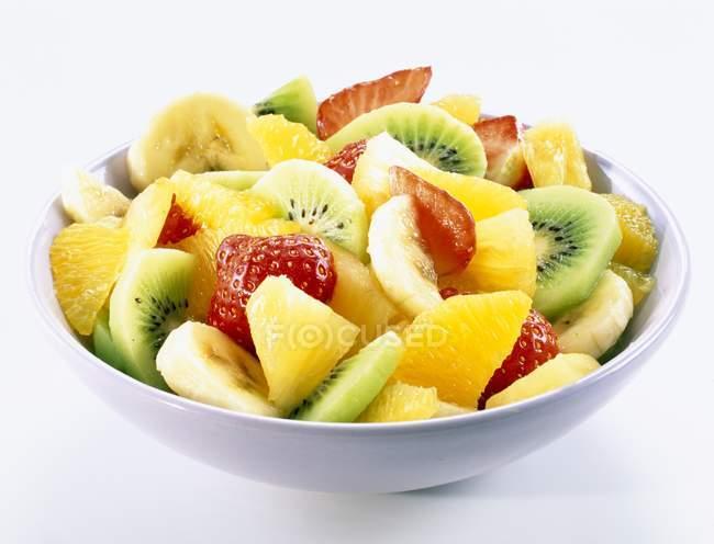 Ensalada de frutas en tazón - foto de stock