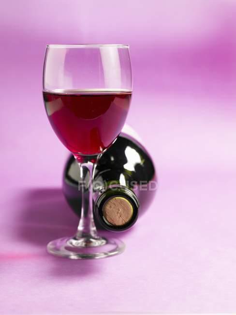 Flasche und Glas Wein — Stockfoto