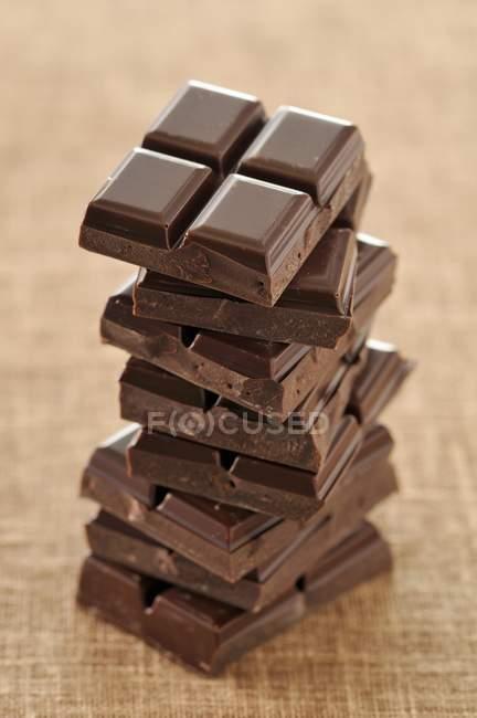 Carrés empilés de chocolat — Photo de stock