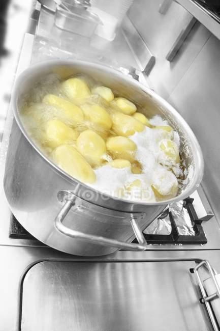 Картопля киплячій воді — стокове фото