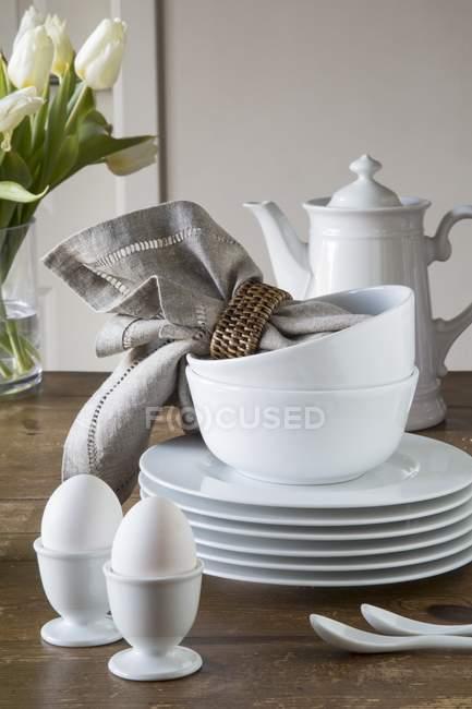 Coquetiers, une pile d'assiettes — Photo de stock