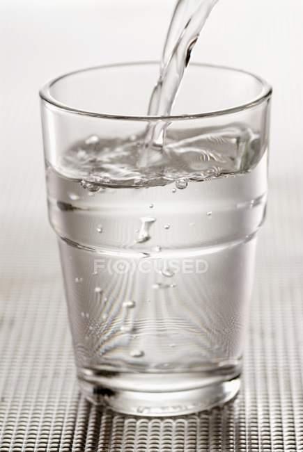 Versare un bicchiere d'acqua — Foto stock