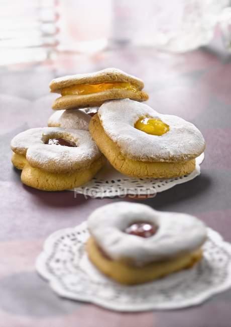 Biscoitos com recheio de geléia de framboesa e pêssego — Fotografia de Stock