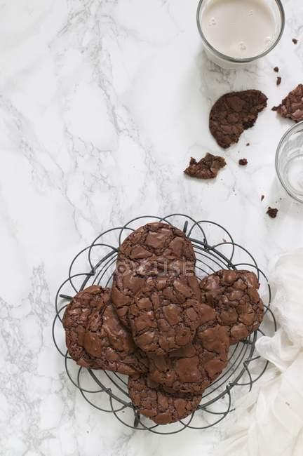 Cookie di brownie su scaffale di raffreddamento — Foto stock