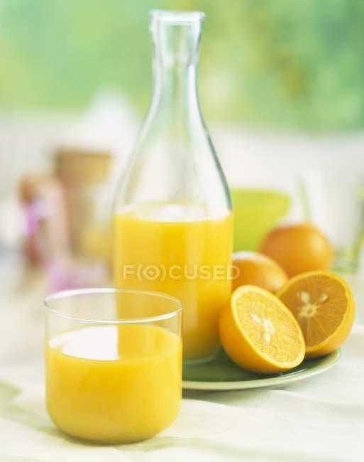Jugo de naranja en botella - foto de stock