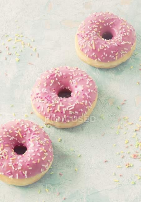 Розовые пончики с сахарной крошкой — стоковое фото