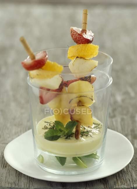 Closeup vista brochettes de fruta fresca — Fotografia de Stock